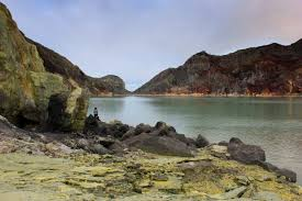 green lake ijen crater
