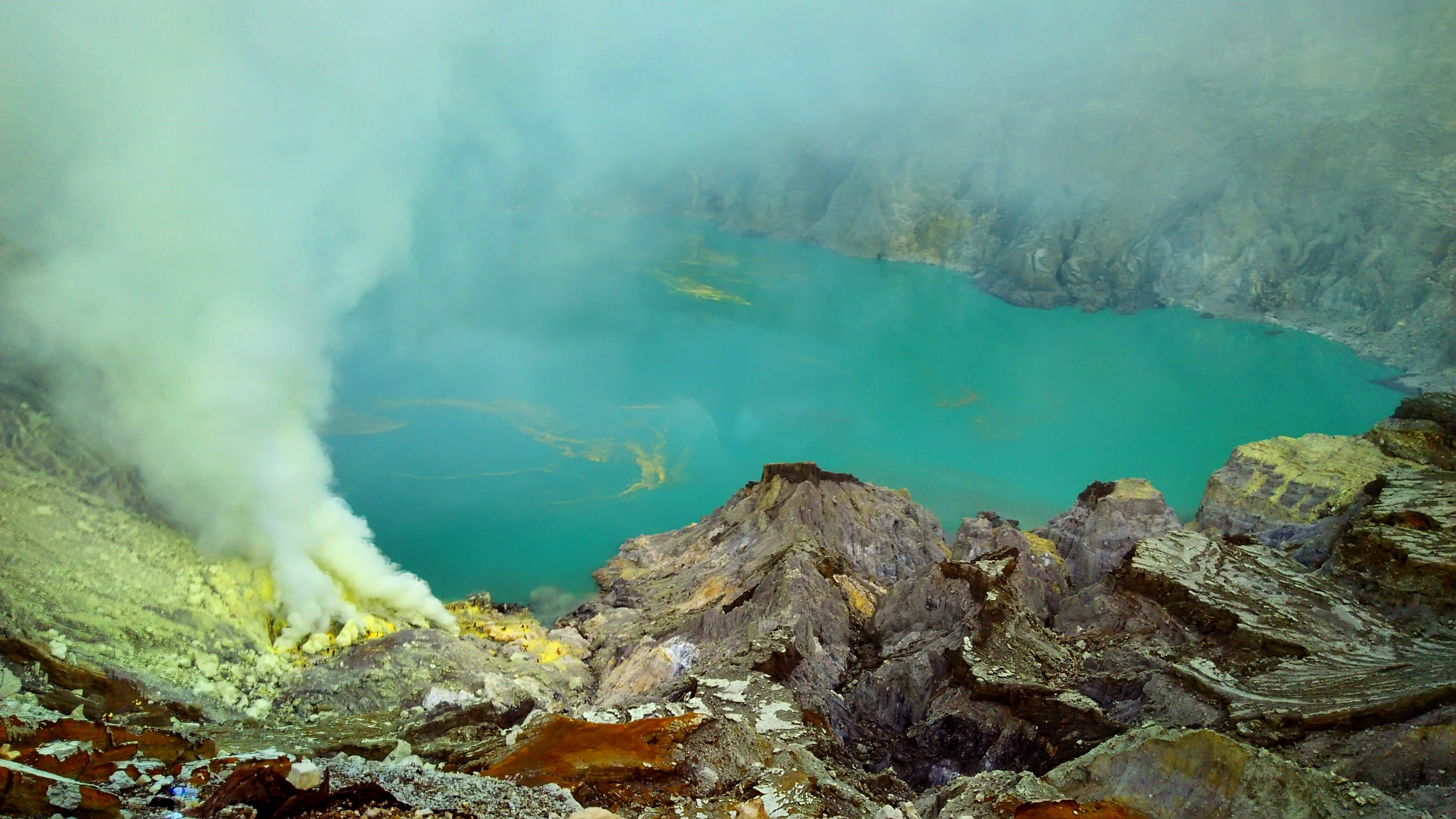green lake ijen crater, green lake ijen, ijen crater lake, sulfur lake ijen
