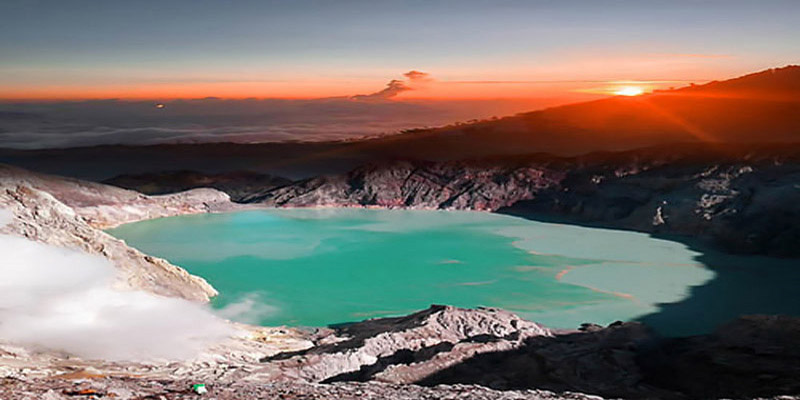 ijen crater sunrise
